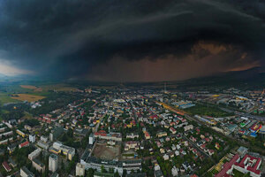 Búrkový oblak nad Martinom, atletická dráha vpravo dole.