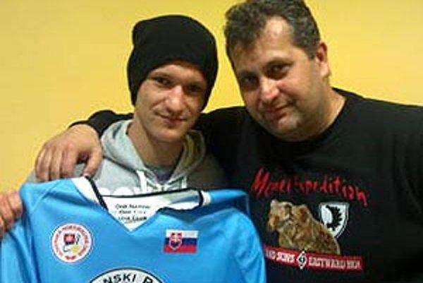 V play-off bude za Nitrianskych rytierov hrať Michal Chovan. Vpravo manažér Juraj Bubák.