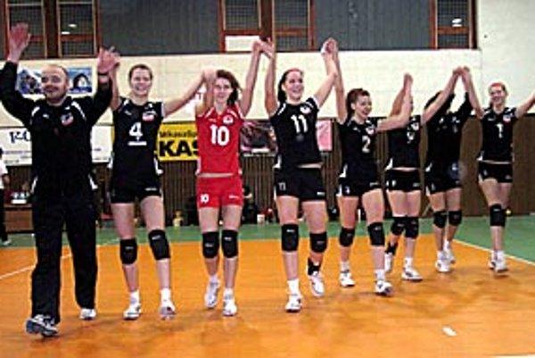 Radosť postupujúcich dievčat z COP. Vľavo tréner Karol Lukáč.