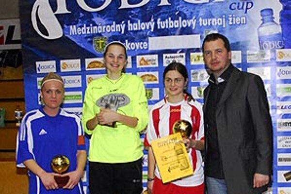 Tri ocenené hráčky s riaditeľom turnaja Rolandom Szücsom.