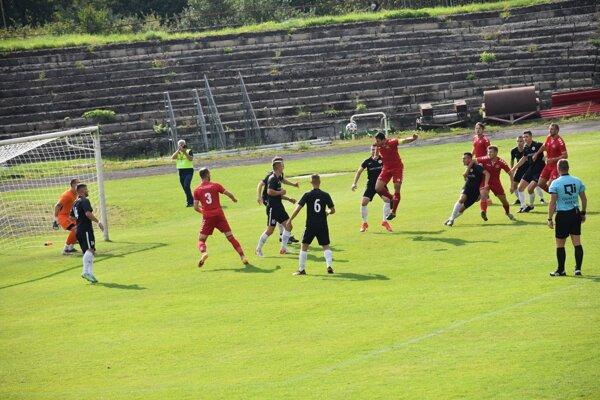 Róbert Demjan (Pov. Bystrica) strieľa hlavou prvý gól do siete Galanty.