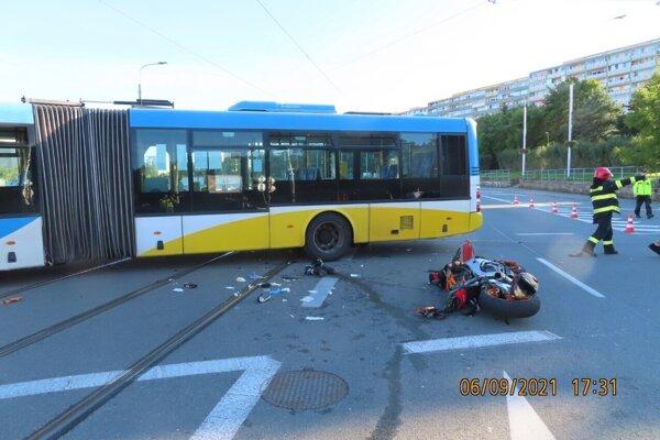 Autobus nedal prednosť motocyklu.