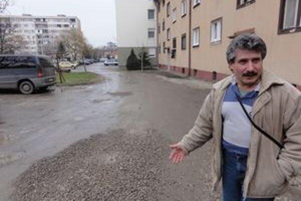 Pán Jozef Kišš sa už roky obracia na mesto s petíciami.