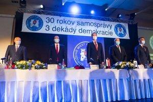 Zľava výkonný riaditeľ ZMOS Jozef Turčány, podpredseda ZMOS Štefan Gregor, predseda vlády SR Eduard Heger (OĽaNO), predseda ZMOS Branislav Tréger a 1. podpredseda ZMOS Radomír Brtáň.