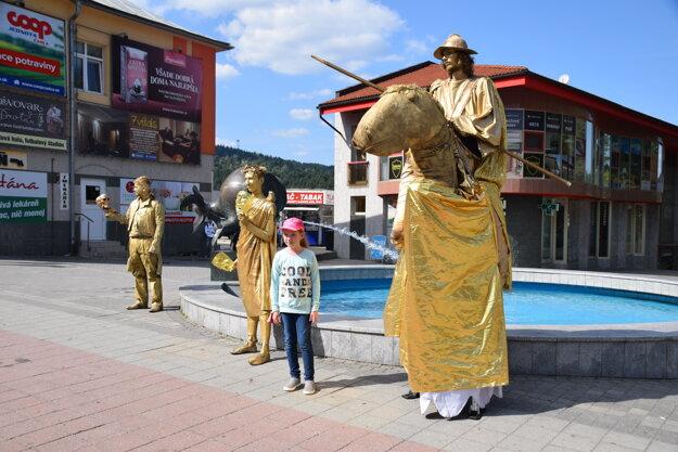 Živé sochy na Palárikovej ulici v Čadci