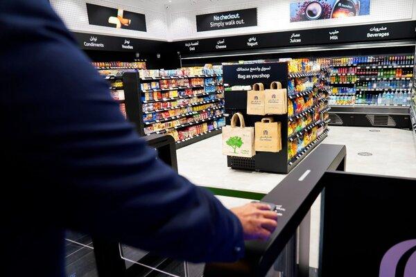 Kupujúci vstupuje do obchodu s QR kódom.