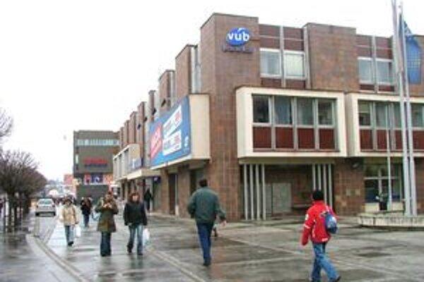 Pobočka VÚB, ktorú v roku 1996 vykradli, sa nachádza v centre mesta.