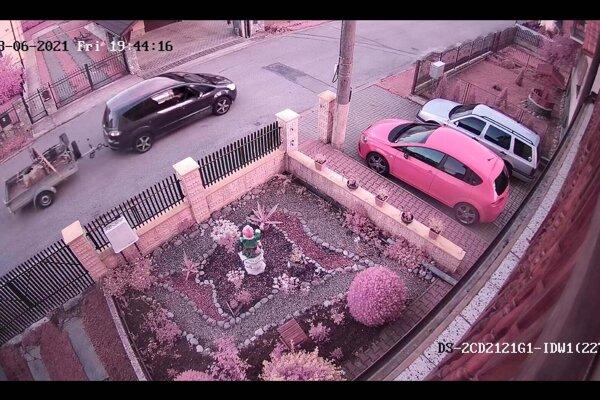 Polícia pátra po vozidle s prívesným vozíkom.