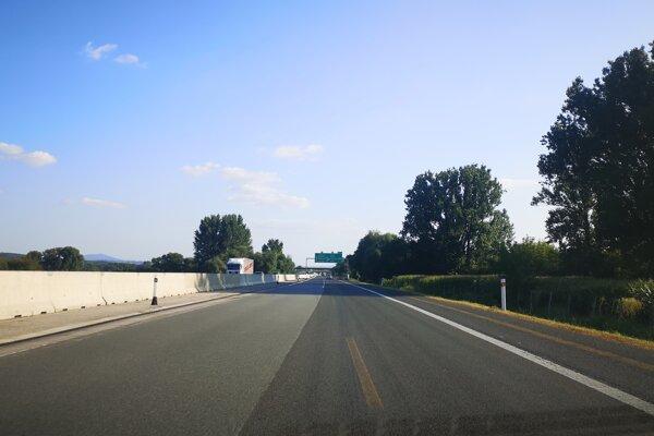 Vodičom chýbalo vodorovné dopravné značenie najmä za zníženej viditeľnosti.