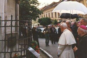 Pápež Ján Pavol II. sa 2. 7. 1995 v Prešove poklonil pamiatke evanjelických mučeníkov.