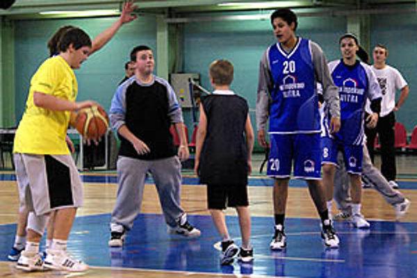 Pointou stredajšej akcie bolo prilákať deti k basketbalu a volejbalu.