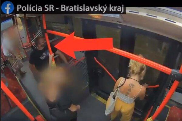 Záber z videa, ktoré zdieľala polícia 25. augusta