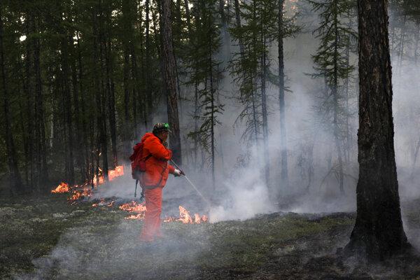 Hasič bojuje s požiarom v Jakutskej republike vo východnej časti Sibíri.