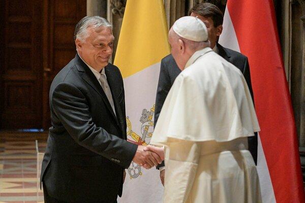 Pápež František si podáva ruku s maďarským premiérom Viktorom Orbánom.