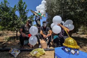 Z Gazy opakovane vypúšťajú na Izrael zápalné balóny.