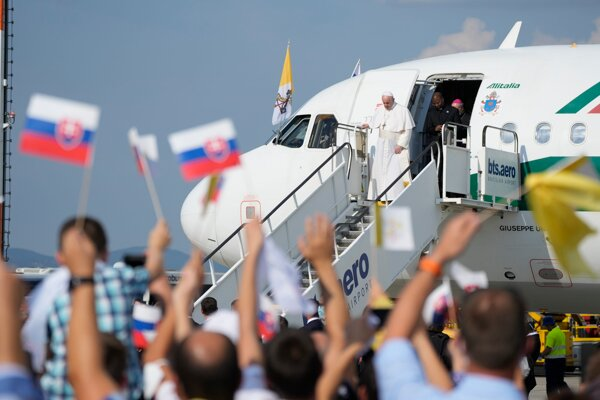 Pápež František priletel na Slovensko.