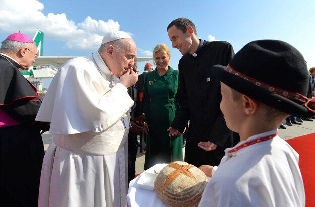 Pápež František ochutnáva chlieb a soľ