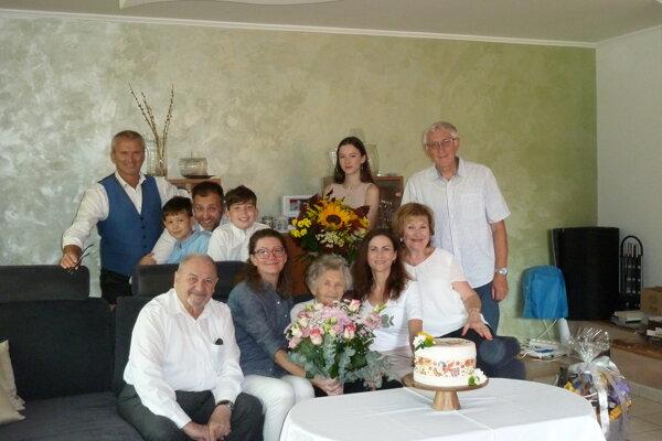 Oslávenkyňa v kruhu svojej najbližšej rodiny.