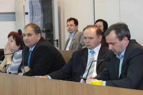 Primátor Martin Tomčányi (zľava), viceprimátor Ľubomír Veselický a poverený prednosta Tibor Krajčovič.