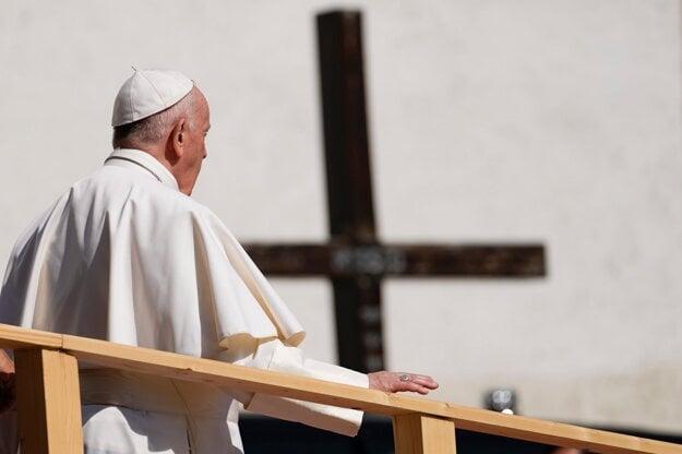 Pápež pri odchode z katedrály.