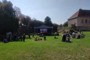Prešovčania sledujú priamy prenos podujatia s pápežom Františkom na plátne v Záhrade umenia.