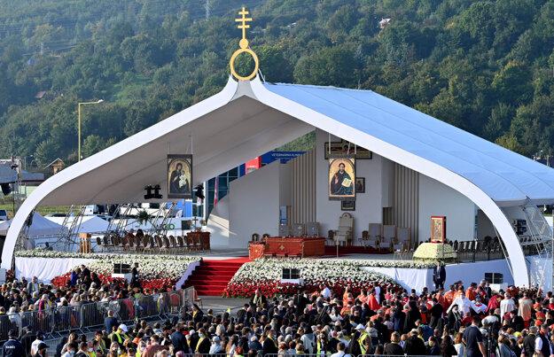 Pódium pre slávenie gréckokatolíckej omše pred Mestskou športovou halou v Prešove, ktorú slúži pápež František.