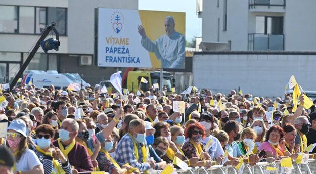 Ľudia vítajú pápeža Františka pred Mestskou športovou halou v Prešove.