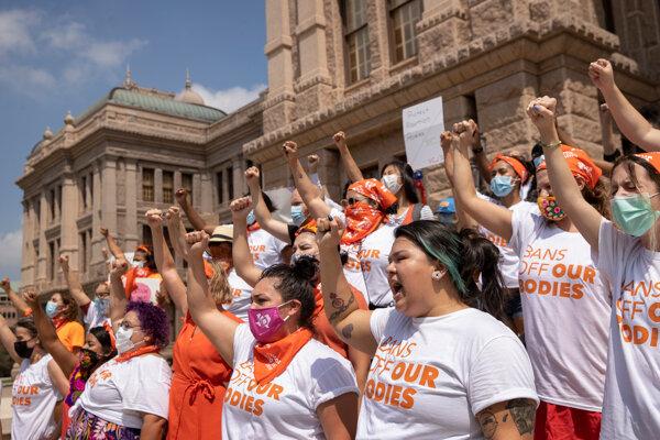 Ženy protestujú proti obmedzeniu interrupcií v Texase.