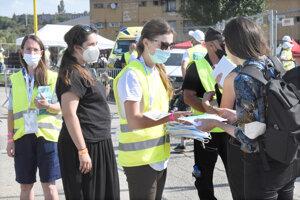 Registrovaným odovzdávali dobrovoľníci rúška a antigénové testy.