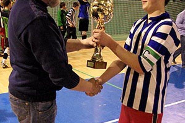Víťazný pohár odovzdal predseda ObFZ v Nitre Peter Martinec kapitánovi V. Zálužia Lukášovi Tirpákovi.