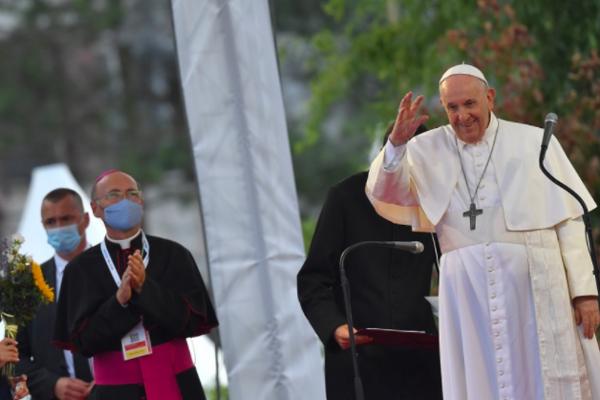 Pápeža Františka privítala na Luníku IX rómska komunita.