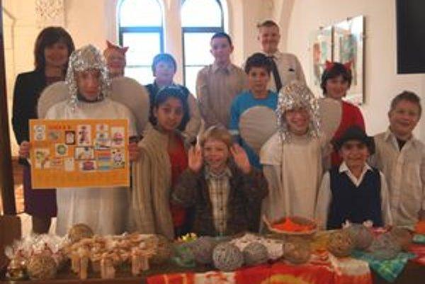 Deti zo Spojenej školy prezentovali kalendár.