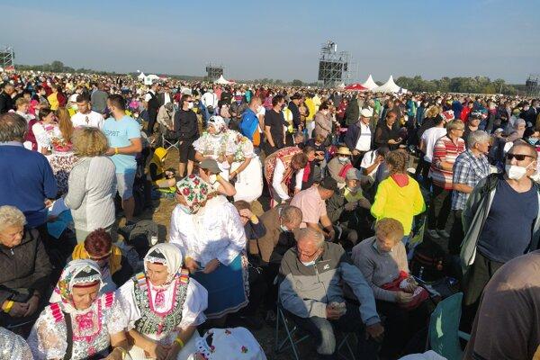 Veriaci čakajú na pápeža Františka.