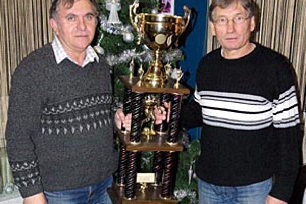 Putovný pohár bol rok v chrenovskej vitríne. Priniesli ho vedúci mužstva Marek Fuska a tajomník Jozef Brath.