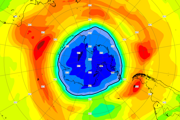 Ozónová diera (modrá) je tento september väčšia ako Antarktída.