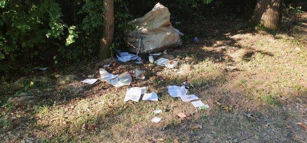 Vo veľkom vaku boli plastové, ktoré sa odvážajú zdarma. Súčasťou odpadu boli aj doklady, ktoré poukazujú na pôvodcu odpadu.