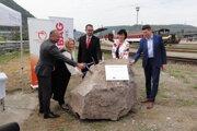 Pri poklopaní základného kameňa (sprava) predseda predstavenstva ZSSK Roman Koreň, primátorka Zvolena Lenka Balkovičová, Milan Mockovčiak za spoločnosť Strabag.
