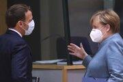 Nemecká kancelárka Angela Merkelová sa rozpráva s francúzskym prezidentom Emmanuelom Macronom.