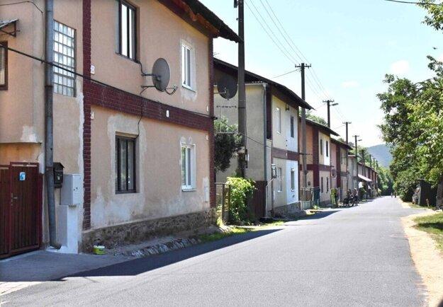 Kolóniu tvorí 25 rovnakých domov, osem v hornej časti, v dolnej 17.