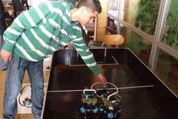 Juraj so svojími robotmi hrajúcimi futbal.
