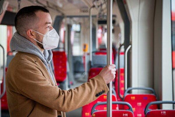 V MHD je povinný respirátor.