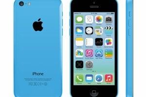 Lowcostový iPhone 5C mal plastový kryt a slabšiu výbavu, no nižšiu cenu než štandardný iPhone 5.