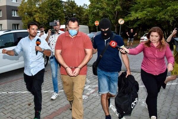 Zadržaný Pavol Ď. prichádza v sprievode polície na Okresný súd (OS) Bratislava III, 15. septembra 2021 v Bratislave.