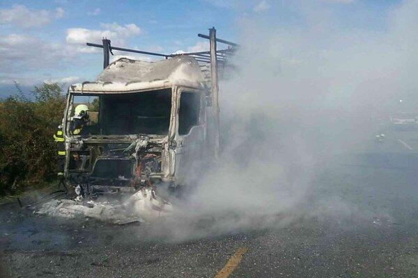 Požiar nákladného auta na diaľnici D1.