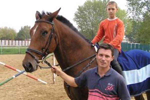 Garant odboru hipológia Marko Halo so synom, ktorý tiež jazdí na koňoch.