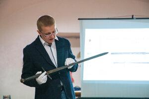 Liptovské múzeum má vo svojich zbierkach dva popravné meče. Historik Miroslav Nemec ukazuje meč , ktorý bol pôvodne vzbierkach rodiny Rakovských zLiptovskej Štiavnice.