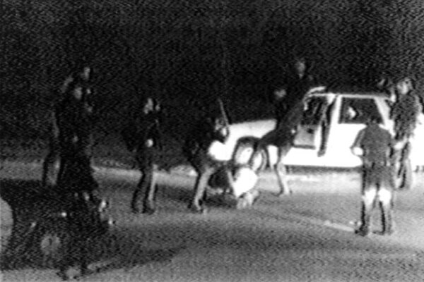 Snímka z videozáznamu z brutálneho zákroku štyroch policajtov na Rodneyho Kinga 31. marca 1991 v Los Angeles. Policajná brutalita voči Rodneymu Kingovi rozpútala najničivejšie rasové nepokoje v moderných dejinách Spojených štátov. Rodney King zomrel 17. júna 2012 vo veku 47 rokov.