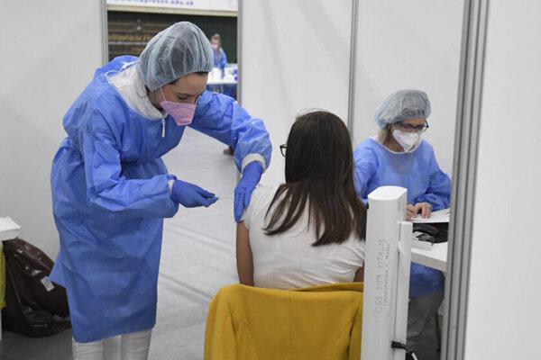 Pre očkovanie treťou dávkou sa opäť otvoria Veľkokapacitné očkovacie centrá, ktoré prevádzkujú župy.