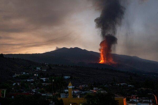 Erupcia sopky sa začala v nedeľu popoludní v oblasti Cabeza de Vaca na ostrove La Palma, ktorý je súčasťou Kanárskych ostrovov.