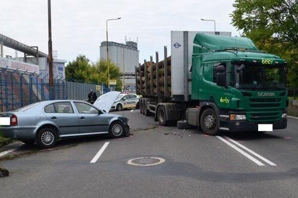 Vodič škodovky kolíziu s ťahačom neprežil.